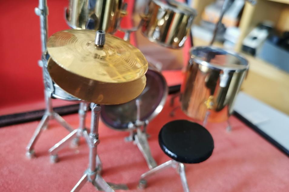 Kleine Nettigkeiten und Geschenke wie dieses Mini-Schlagzeug sind ebenfalls erhältlich.