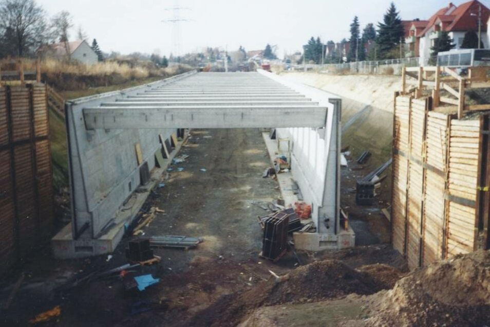 Die Betonröhre des Autobahnzubringers zur A 17 nahm Ende 2003 sichtbare Konturen an.
