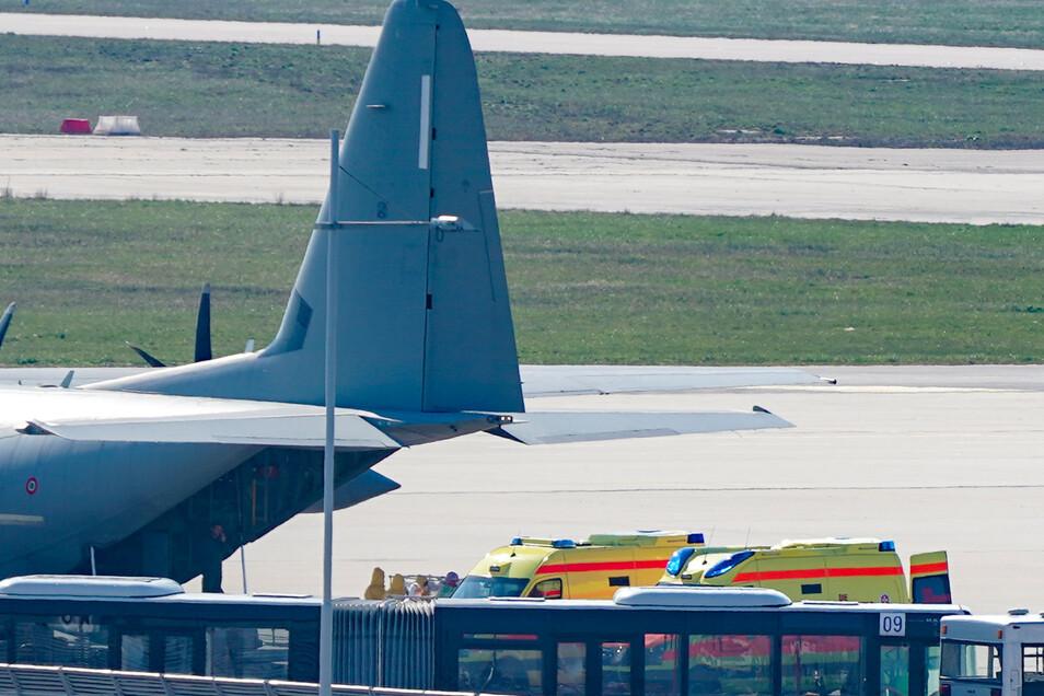 Vergangene Woche landeten Corona-Patienten aus Italien auf dem Flughafen Leipzig/Halle. Einer von ihnen ist jetzt an Covid-19 gestorben.