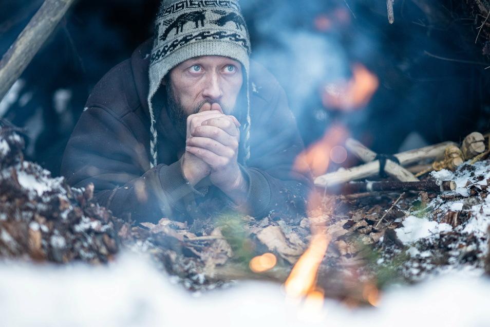 Ein Schneesturm kann Michael Schubert nichts anhaben: Der Naturfreund verbringt auch bei Frost eine Nacht in seiner Hütte aus Ästen.