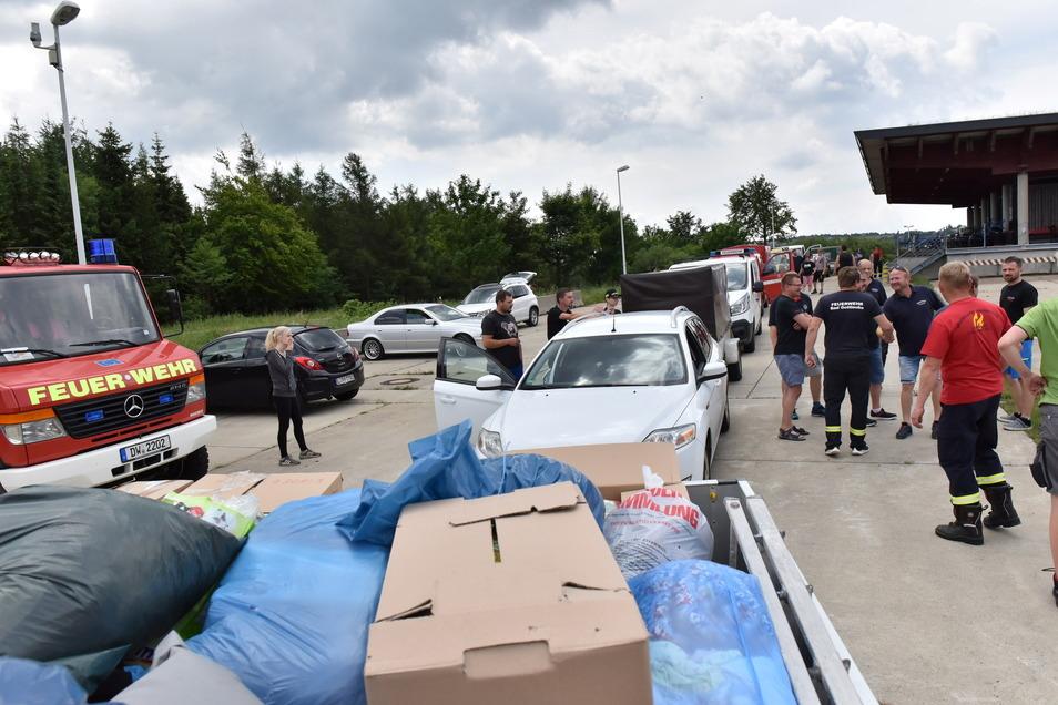 Zeitweise standen die ankommenden Hilfstransporte aus dem Landkreis in Zinnwald Schlange, wo die Sachspenden dann auch in den 40-Tonner umgeladen wurden.