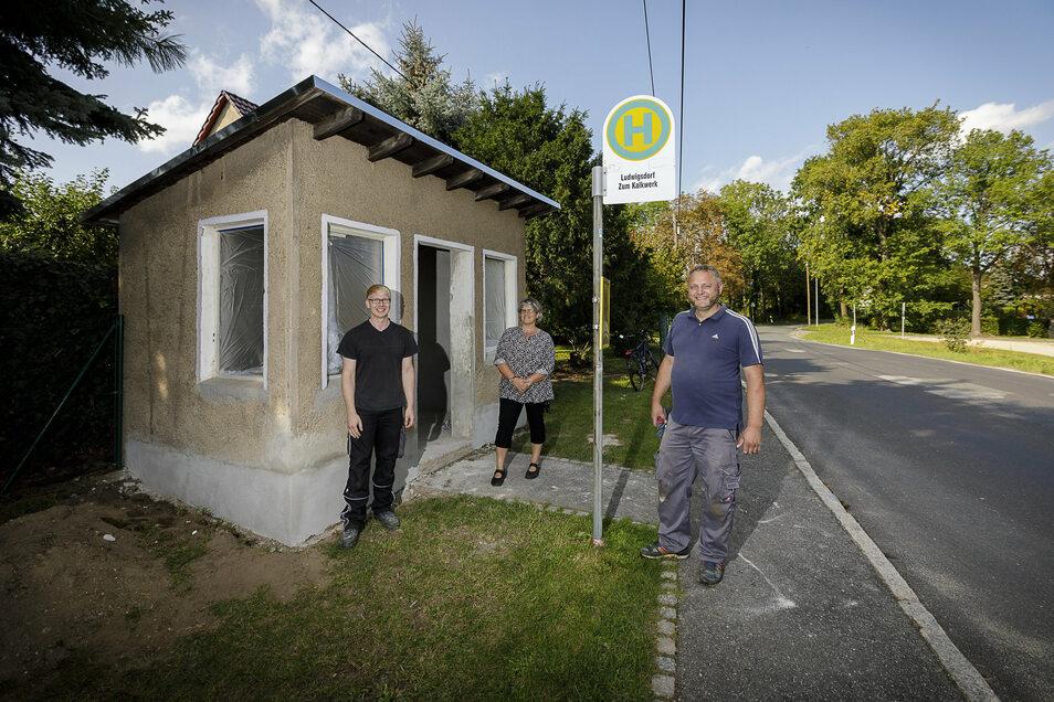 """Mario Conrad, Heike Richter und Ronny Morche (v.l.) stehen vor dem Bushäuschen """"Zum Kalkwerk"""" in Ludwigsdorf. Sie gestalten es zusammen mit weiteren ehrenamtlichen Helfern neu."""