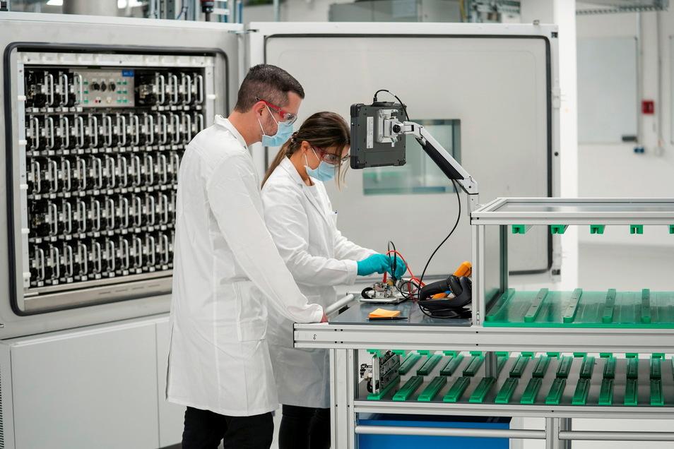 Mitarbeiter bei der Einweihung des neuen Batterie-Labors im Center of Excellence Salzgitter. Volkswagen nimmt für die geplante Fertigung konzerneigener Batteriezellen in großen Stückzahlen das Entwicklungslabor in Betrieb.