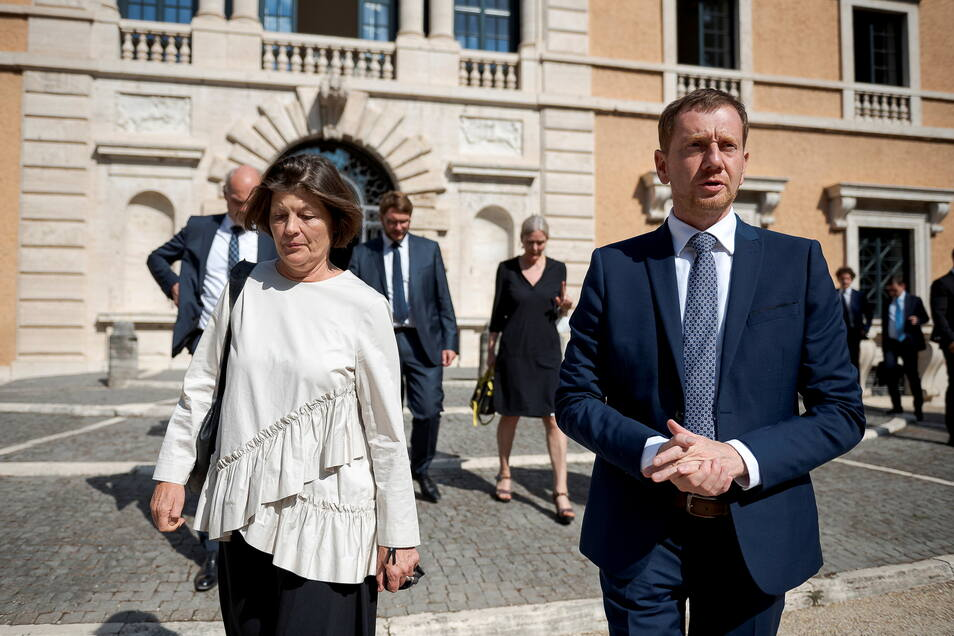 Pressereferentin Allegra Giorgolo führt Michael Kretschmer durch die Villa Massimo.