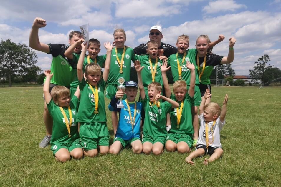 Groß war die Freude für die Gold-Medaillen-Gewinner des Hoyerswerdaer FC.
