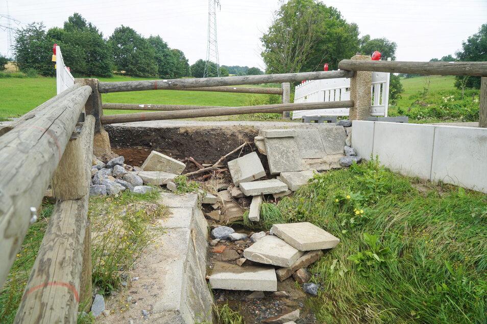 Diese Brücke an der Weststraße in Neukirch wurde durch die Wassermassen beschädigt. Nun müssen sich Prüfer das Bauwerk anschauen, ehe es saniert werden kann.