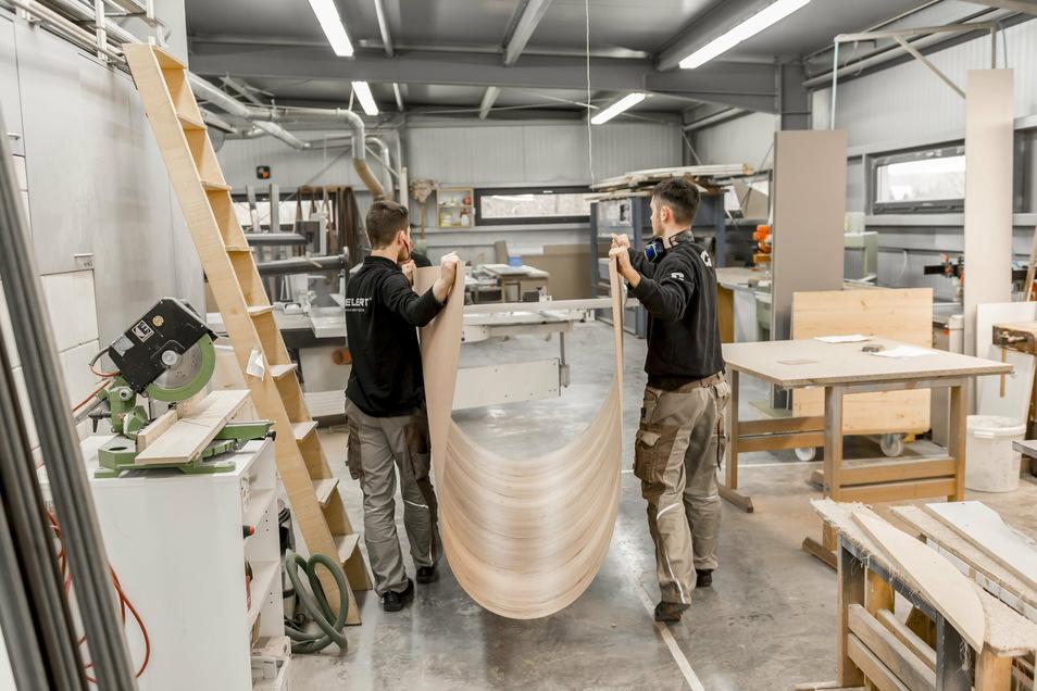 Ehe die neuen Möbel beim Kunden montiert werden, bauen sie die Handwerker in der Werkstatt komplett zusammen. Dafür geht es dort im Moment noch sehr beengt zu.