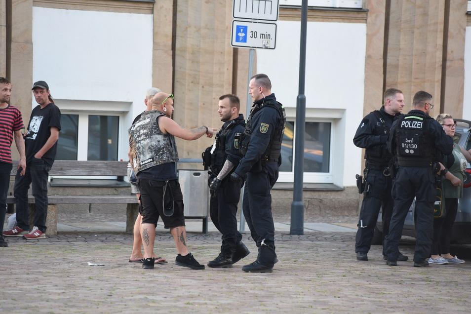 Am Ende der Versammlung kam es zu einem kurzen verbalen Zusammenstoß zwischen beiden Fronten. Die Polizei mussten eingreifen.