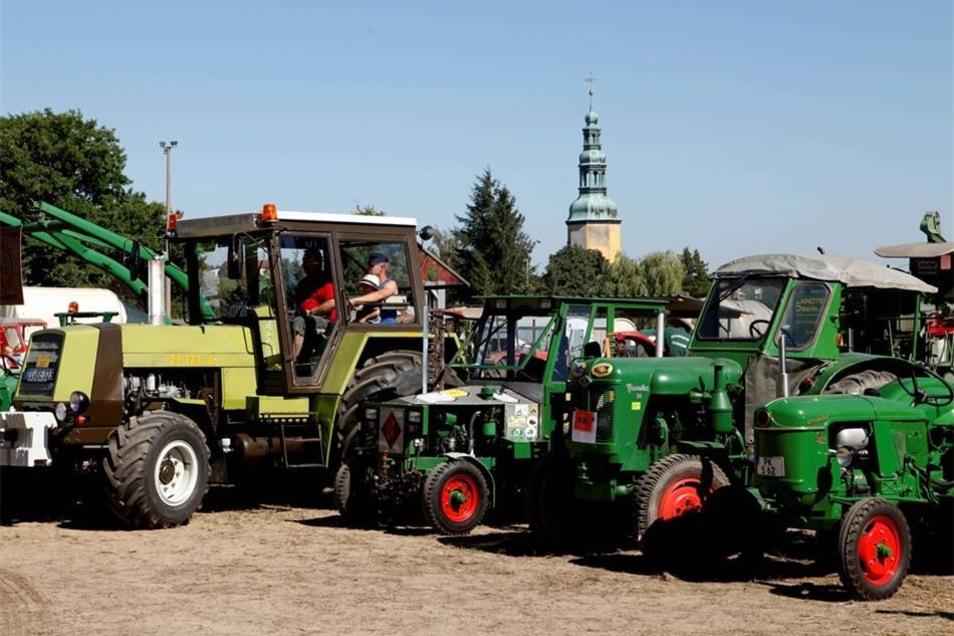 Etwa 500 Teilnehmer mit den verschiedensten Traktoren waren beim Treffen dabei.