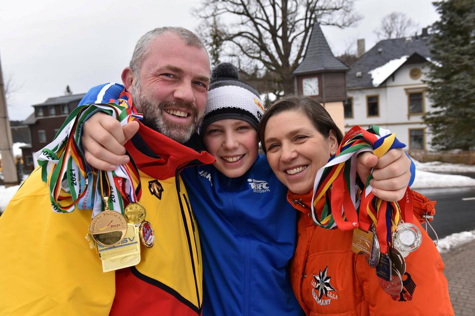 Familie Steffen, Silas und Diana Sartor. Die Medaillen hat sich Silas alle selbst errodelt.
