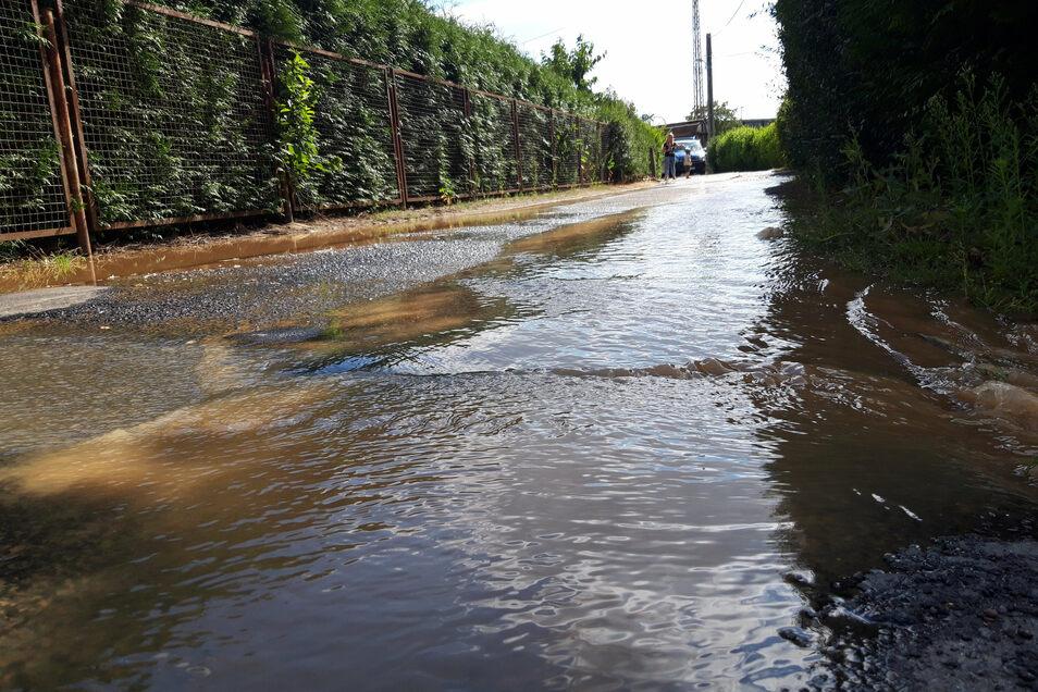 Die Straße steht unter Wasser.