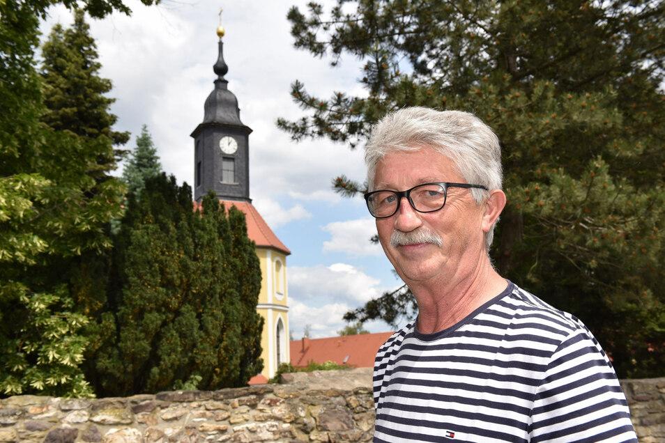 Ortsvorsteher Dietmar Freund vor der Kesselsdorfer Kirche.