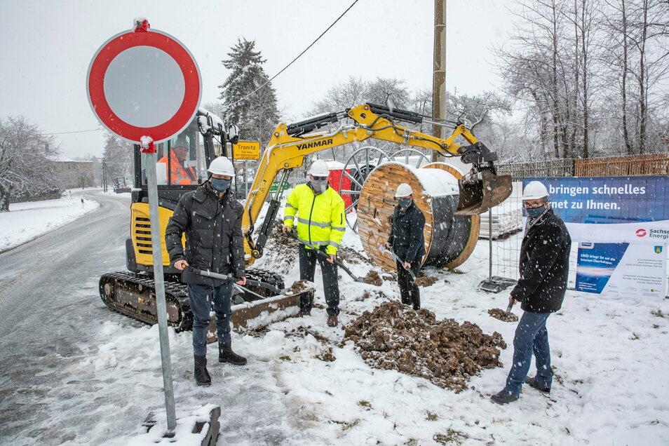 Im Schnee, mit Mundschutz und Schaufel in der Hand sind Dohnas Bürgermeister der Sachsen-Gigabit-Chef sowie die Leiter von IB Bauplan und Sachsenenergie kaum zu erkennen. Die Dohnaer sollen die Folgen ihres Bündnisses aber bald spüren.