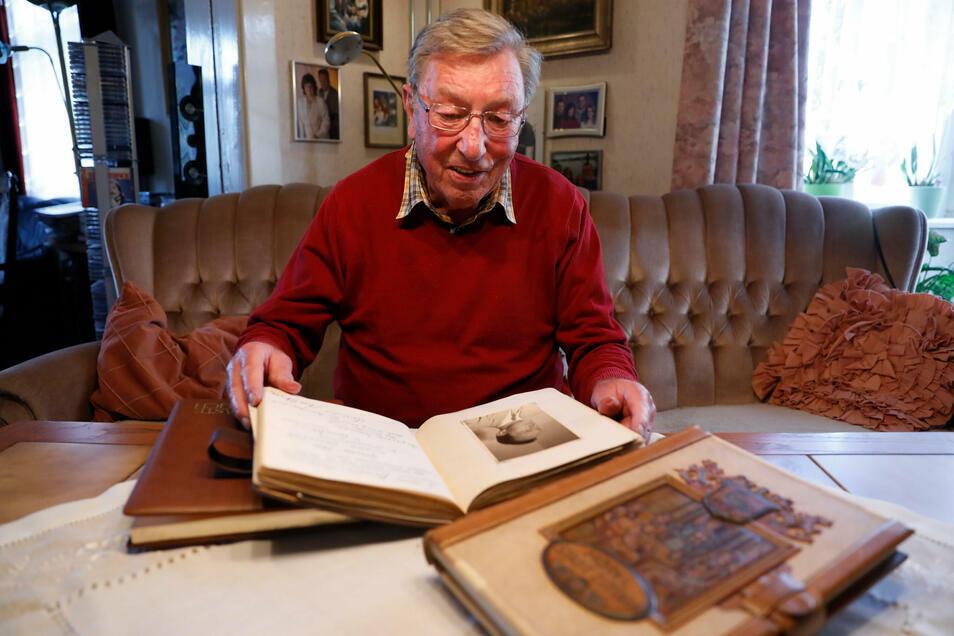 Christian Hille führte mit seiner Familie viele Jahrzehnte das Stadt Zittau samt Saal. Als Erinnerung an die Zeit hat er Gästebücher aufgehoben. Darin haben sich viele Künstler verewigt.