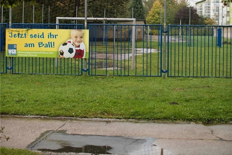 Der Bolzplatz: Für 6000Euro wurde an der Bautzner Straße ein umzäunter Bereich zum Fußballspielen errichtet. Eine weitere Anlage betreibt die WGR an der Elbe.