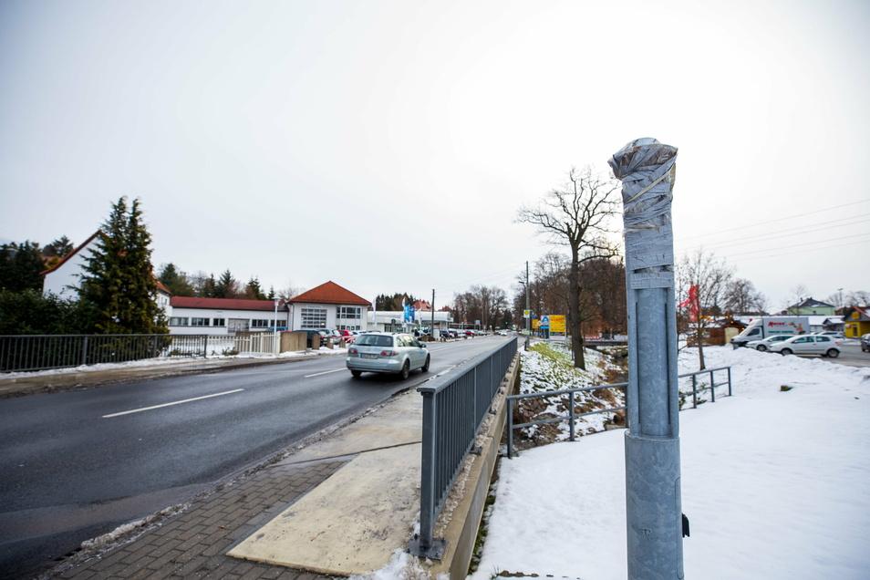 Der Standfuß des Blitzers in Wilsdruff auf der Meißner Straße ist noch sichtbar. Der Starenkasten wurde vor längerer Zeit entfernt.