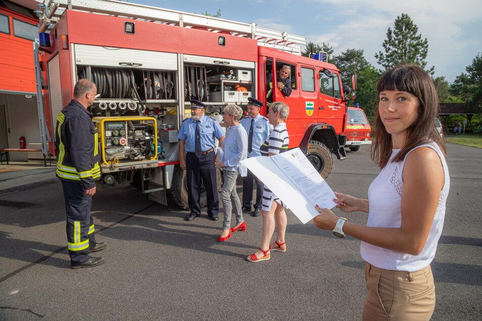 Claudia Hense ist in der Stadtverwaltung Rothenburg zuständig für die Beschaffung neuer Feuerwehrtechnik. Die Lodenauer Kameraden konnten jetzt vom Landkreis einen Fördermittelbescheid in Empfang nehmen.