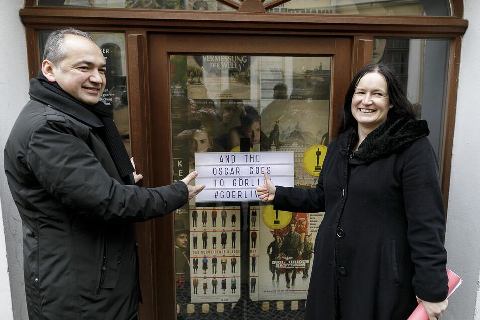 Schon einige Görliwood-Produktionen haben Oscars geholt. OB Octavian Ursu und EGZ-Geschäftsführerin Andrea Behr zeigen das entsprechende Schaufenster am Braunen Hirsch.