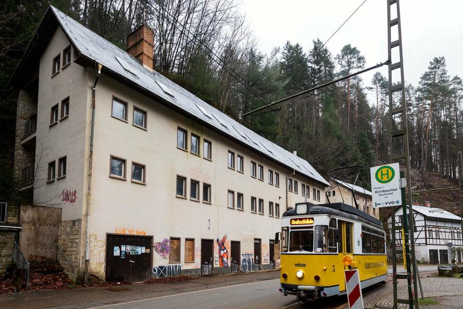 Beuthenfall im Kirnitzschal: Der eigentliche Wasserfall liegt versteckt hinter den Gebäuden.