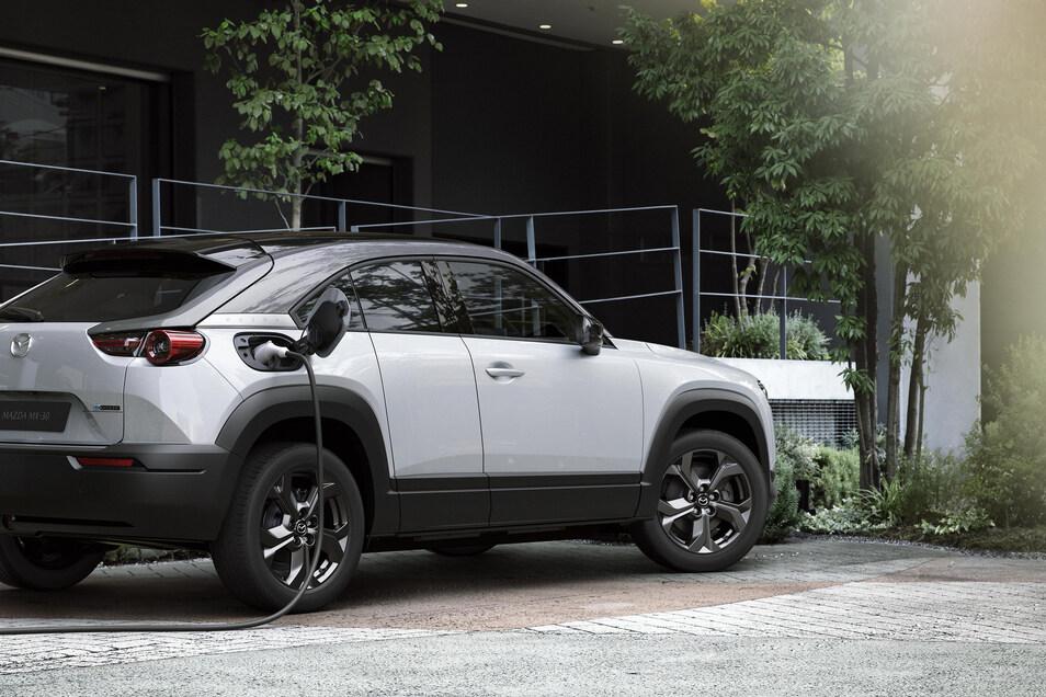 Der Mazda MX-30 ist ein kompakter SUV mit einer Reichweite von rund 260 Kilometern und soll Mitte des Jahres auf den Markt kommen. Der Preis beginnt ab 33.490 Euro.