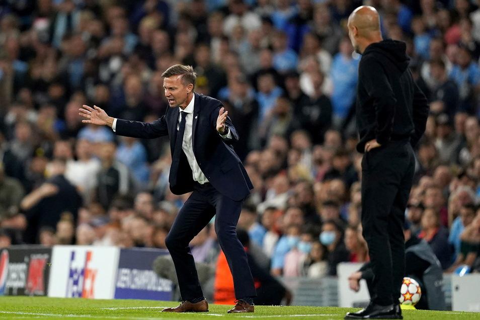RB Leipzigs Trainer Jesse Marsch (l) und Manchester Citys Trainer Pep Guardiola an der Seitenlinie.