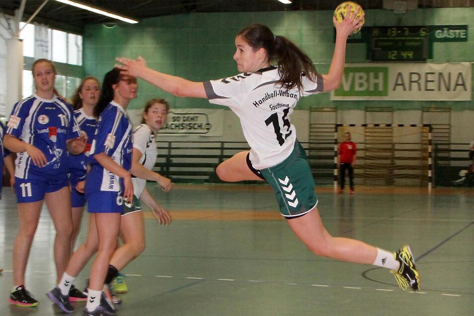 Zuse-Cup 2015 für den Geburtsjahrgang 1999: Beim 29:12 der Sachsen-2-Mädchen setzte die Hoyerswerdaerin Nadja Irmisch (in Weiß-Grün) Akzente. Sie gewann mit ihren Altersgefährtinnen das Turnier vor Niedersachsen und Sachsen 1.