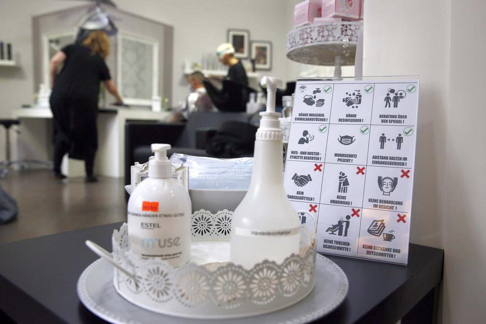 Seit 4. Mai dürfen die Friseure unter Einhaltung umfangreicher Schutz- und Hygienemaßnahmen wieder öffnen. Die Kundschaft muss sich an einiges gewöhnen.