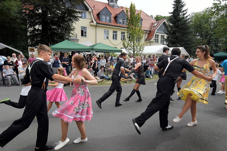"""Beim Sommerfest der Wohnstätte Hochweitzschen tanzte die Rock´n Roll-Gruppe """"Caddy"""" aus Sermuth."""