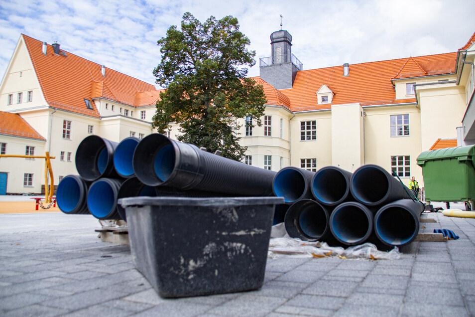 Diese Rohre auf dem Hof der frisch sanierten Grundschule Am Markt in Laubusch werden bis zum Schuljahresbeginn am Montag verschwunden sein.