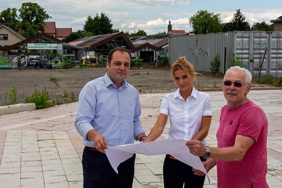 Jan Hašek von Edeka, Architektin Rabea Remke vom Planungsbüro Basler und Hofmann sowie Wilfried Krüger /von links) beraten die Pläne, wie das Gartencenter und der neue Lebensmittelmarkt gemeinsam gestaltet werden.