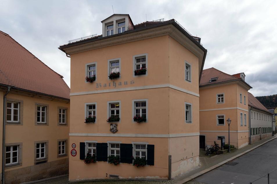 Nur noch mit Termin: Der Besucherverkehr im Königsteiner Rathaus ist nach mehreren Corona-Fällen stark eingeschränkt.