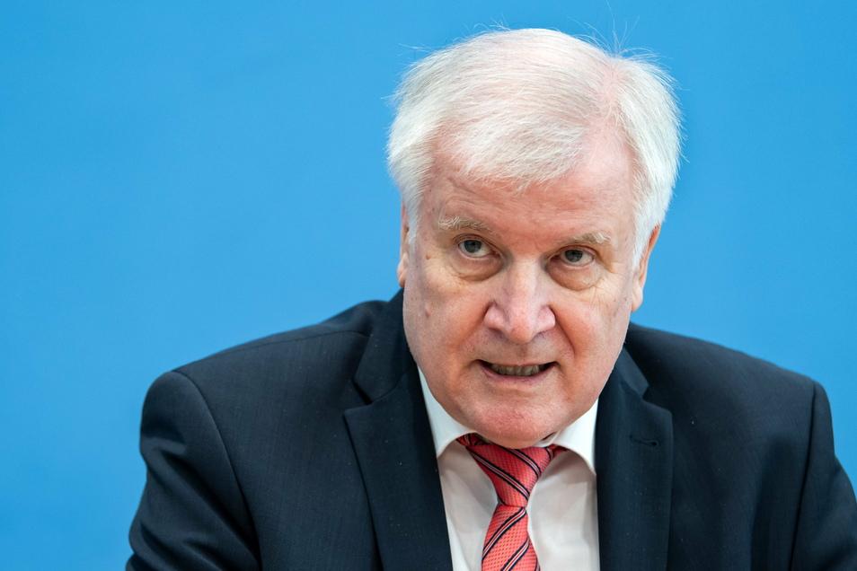 Horst Seehofer (CSU) will, dass zumindest bei Straftätern und Gefährdern aus Syrien geprüft wird, ob diese abgeschoben werden können.