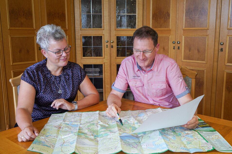 Gemeinsam tüfteln Radibors Bürgermeisterin Madeleine Rentsch und der Malschwitzer Bürgermeister Matthias Seidel an neuen Ideen, um im Teichgebiet bessere Bedingungen für Touristen zu schaffen. Auch die Partnergemeinde Großdubrau will in das Vorhaben inves