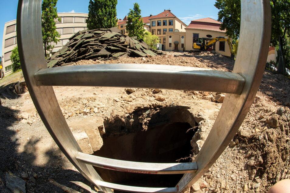 Das Baggerloch auf dem Hof der Roseggerschule und die zwei Meter in die Tiefe reichende Leiter.