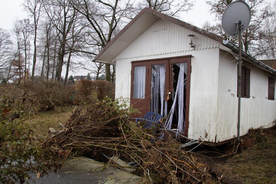 Diese Holzhütte wurde durch die Wucht des Wassers aus der Verankerung gerissen und drei Meter verschoben.