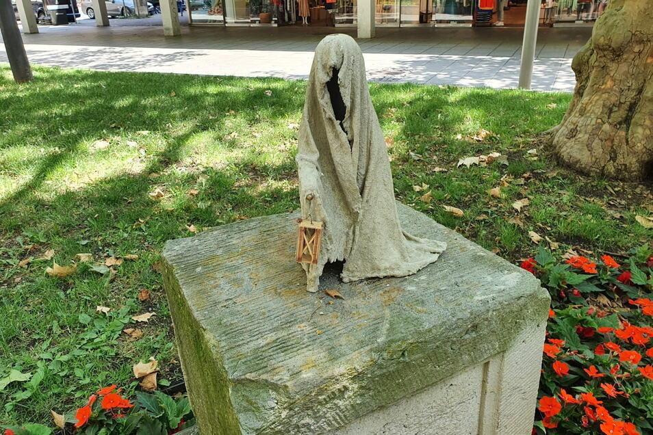 Ein weiterer Tod trägt eine Laterne.