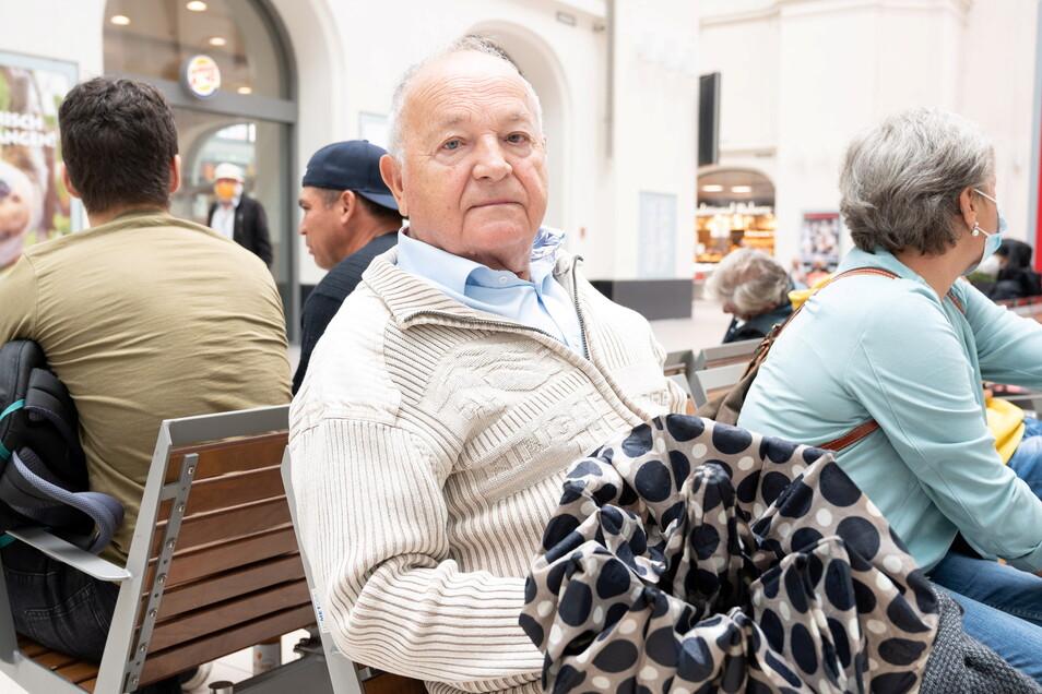 Helmut Scholz ist sauer: Zusammen mit seiner Frau hat er seine Kinder in Dresden besuchen wollen. Doch auch seine Heimfahrt wird durch den Streik erschwert.