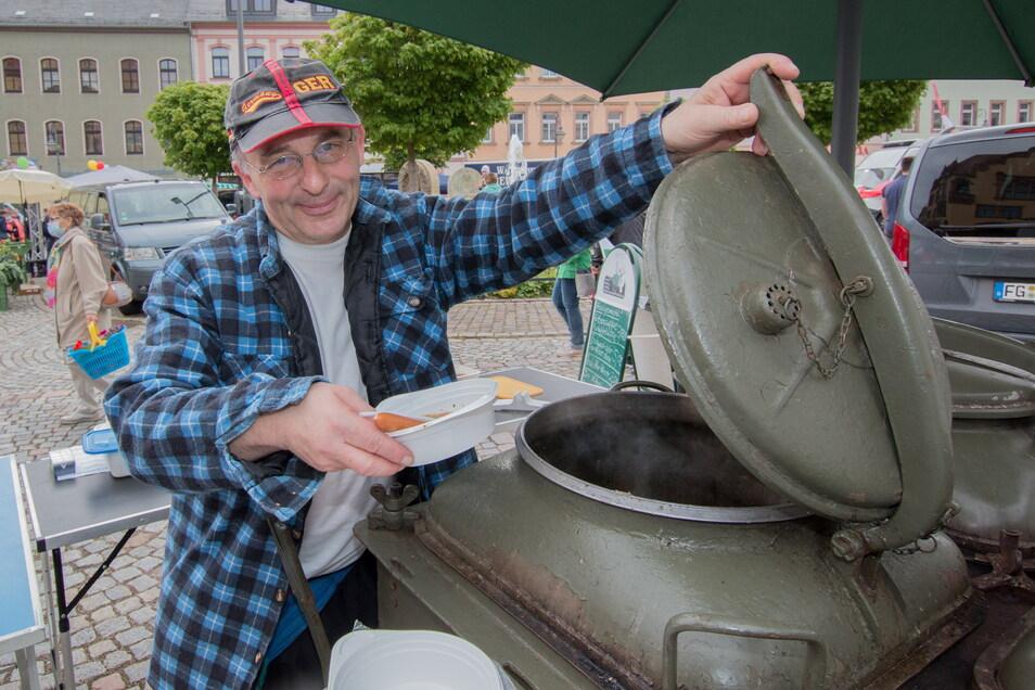 Gerald Bilz aus Oschatz ist mit seiner Suppenküche dabei: Es gibt frische Erbsen- und Kartoffelsuppe to go.