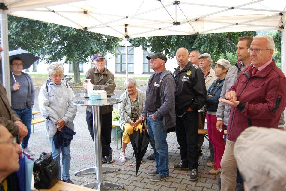 Vom kaputten Radweg bis hin zu Bemühungen um eine Bundeswehransiedlung – viele Fragen hatte Oberbürgermeister Torsten Ruban-Zeh (rechts) zu beantworten.