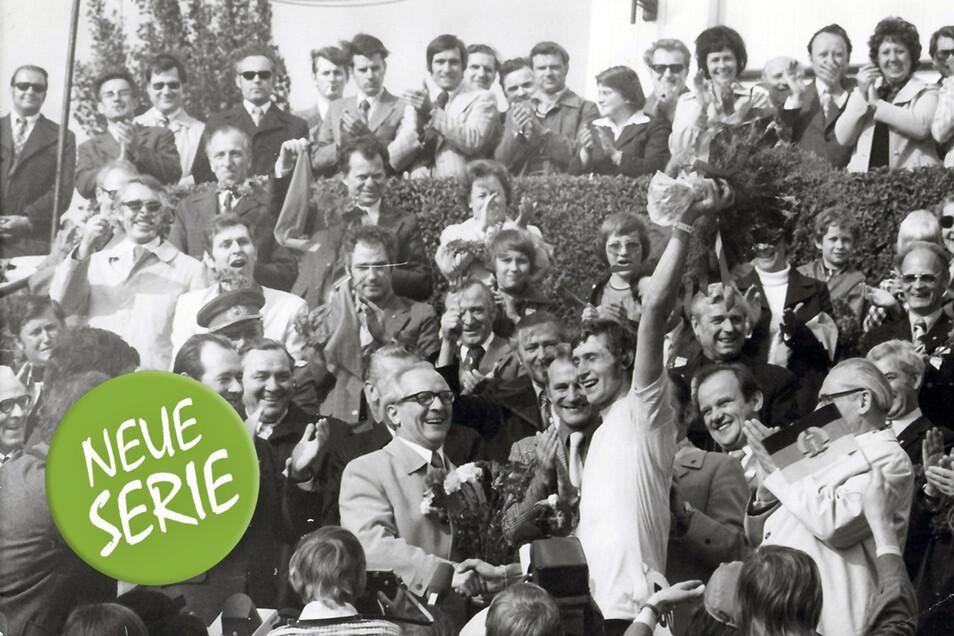 Nach der Zielankunft in Berlin empfängt der Staatsratsvorsitzende Erich Honecker mit Blumenstrauß die erfolgreichen Friedensfahrer der DDR um Gesamtsieger Hans-Joachim Hartnick, der auch die letzte Etappe in Berlin gewinnt.