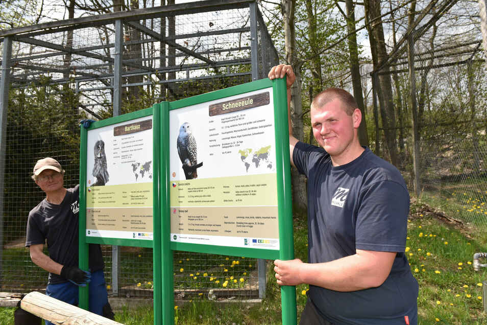 Steve Mühle (re.) und Lutz Held stellen im Wildpark neue Infotafeln über die einzelnen Tiere auf.