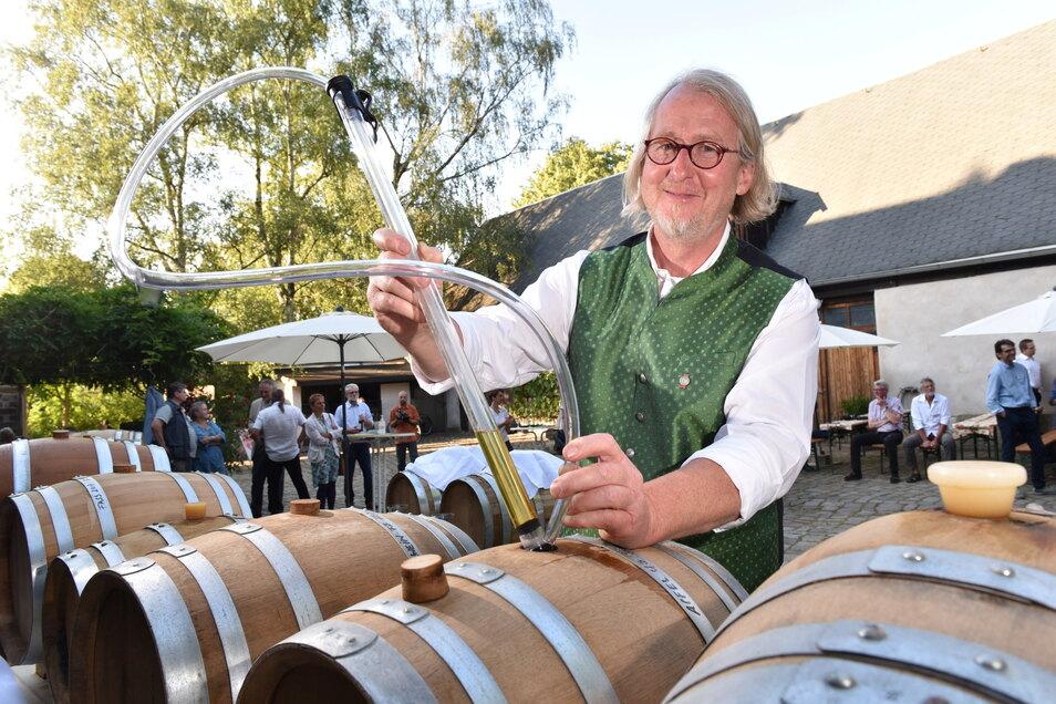 Holger Stein ist Experte für edle Obstbrände. Die Früchte für seine Destillate kommen von Streuobstwiesen aus der Region.
