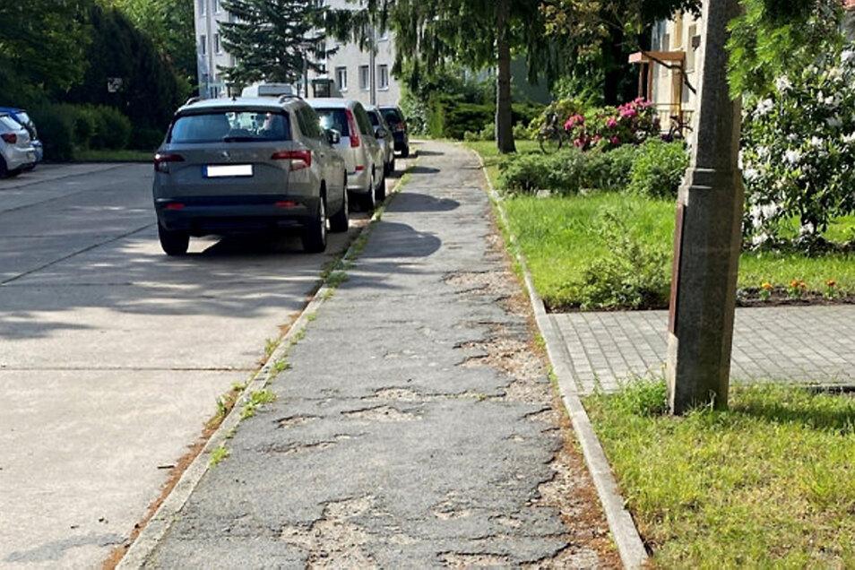 Von zerbröselnden Asphaltflicken übersät, war dieser Gehweg vor der Huttenstraße 2 bis 8.