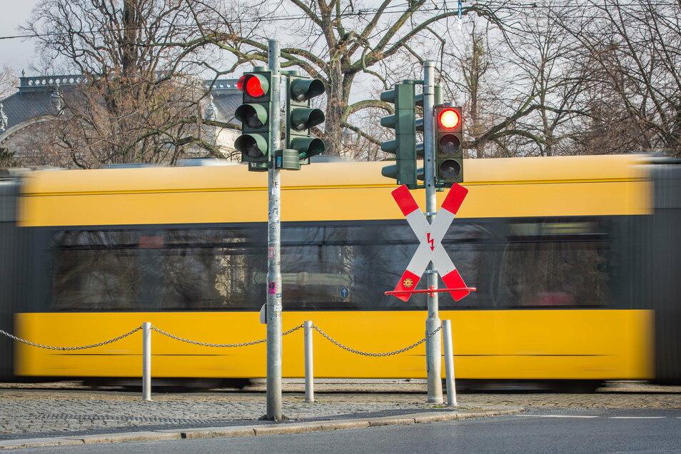Zwei Ampeln auf dieser Straßenseite, zwei auf der gegenüberliegenden: Nur so ist diese Überfahrt am Albertplatz wirklich sicher, ist die Stadtverwaltung Dresden überzeugt.