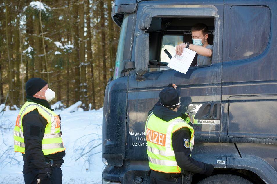 Bundespolizisten kontrollieren einen aus Tschechien kommenden Lkw auf der S148 bei Neugersdorf.