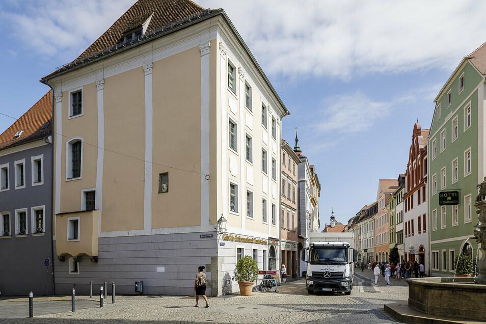 Der Mönch schaut aus dem Eckhaus Obermarkt/Fleischerstraße in Görlitz.