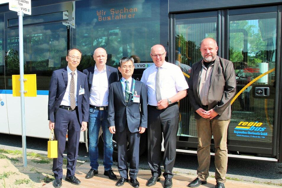 An der neuen Bushaltestelle: TDDK-Manager Sokichi Hibino (l.) übergibt derzeit das Werk an Nachfolger Kazushige Murao (r.v.l.), Bernsdorfs Bürgermeister Harry Habel (2.v.l.) Rechts: TDDK-Vizepräsident Roland Juhnke und neben ihm Staatssekretär Günther Sch