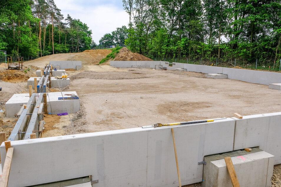 Auf dem Gelände der Staumeisterei Radeburg entsteht eine neue Lagerhalle für die Landesreserve Hochwasserschutz.