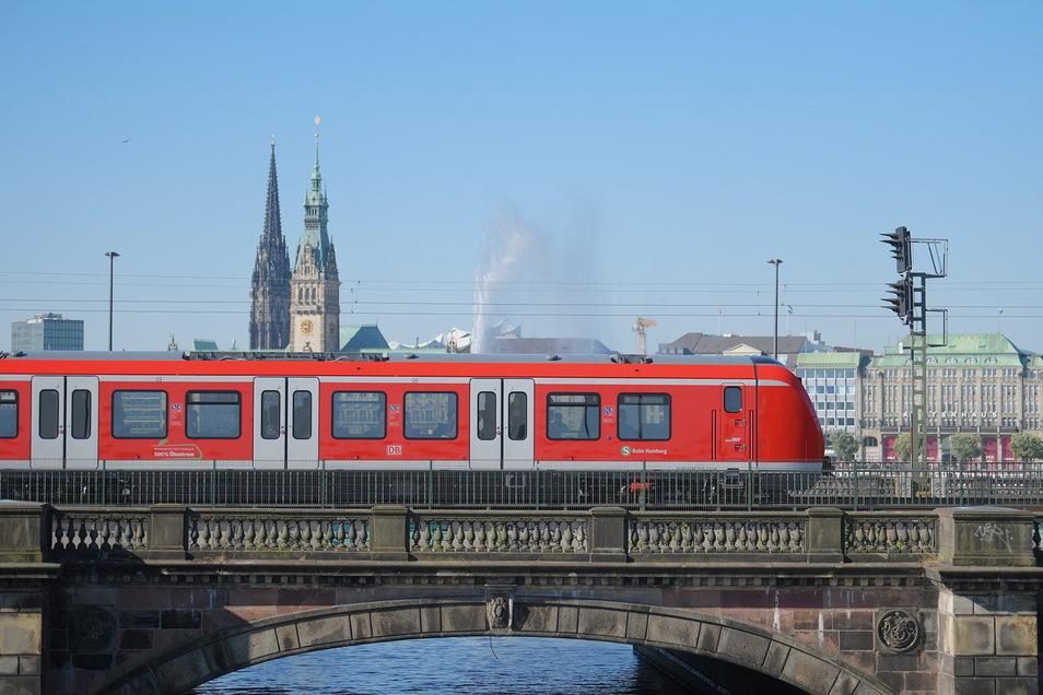 Eine S-Bahn fährt durch Hamburg. Für 64 neue, dreiteilige Züge für die Stadt erfolgten in den nächsten Jahren die Endmontage in Bautzen.