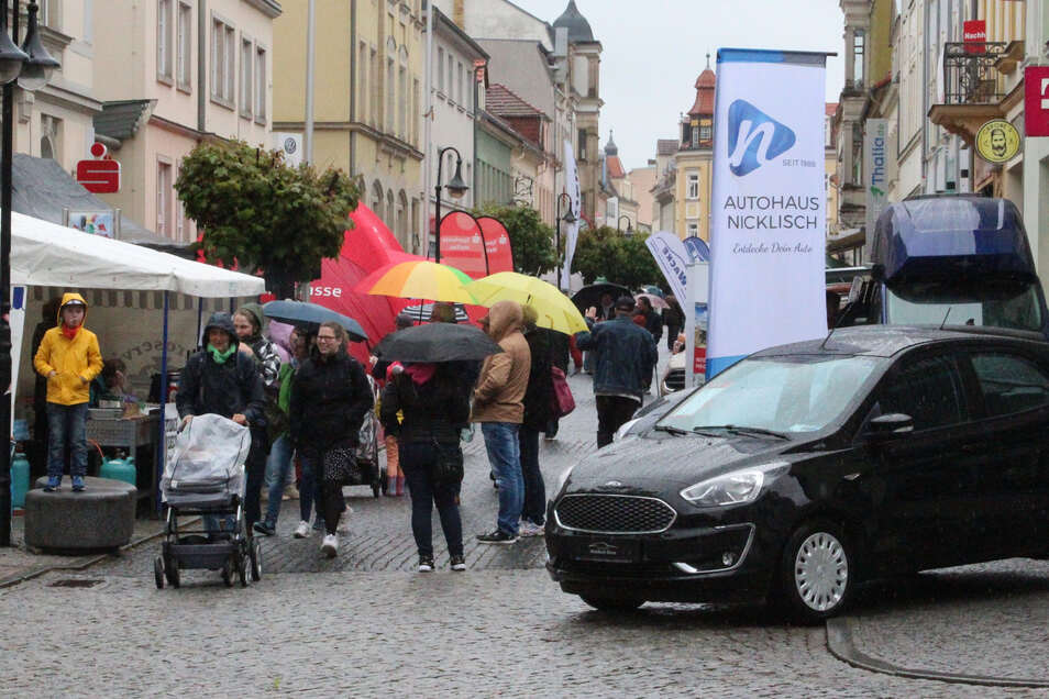 Der Imbiss vom Gastroservice Selle überzeugte mit leckerer Bratwurst und Glühwein. Rechts stehen die Fahrzeuge vom Autohaus Nicklisch.